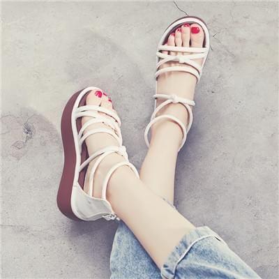 松糕底白色凉鞋
